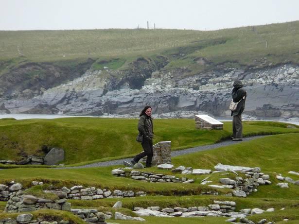 """Archeoloog, historicus en BBC TC presentator Neil Oliver hier huis uit de vroege IJzertijd in Jarlshof voor opnamen van een nieuwe aflevering van """"The History of Schotland""""."""